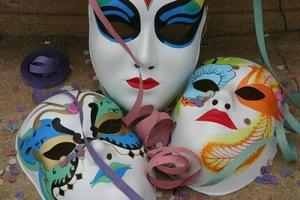 Tirem suas máscaras do armário, crie sua fantasia!